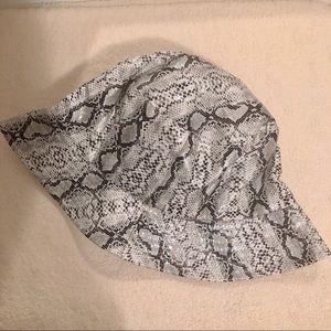 Snakeskin black double sided bucket hat